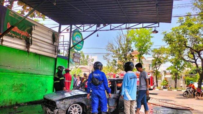 Sebuah Mobil BMW di Solo Terbakar di Tempat Cucian, Diduga Akibat Korsleting Listrik