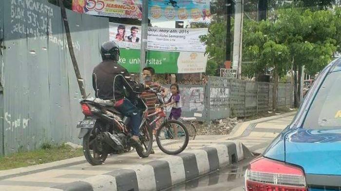 HEBOH ! Aksi Bocah Ini  Menghentikan Pengendara Motor di Jalur Trotoar di Kalibanteng Semarang - bocah-hadang-pengendara-motor_20160418_132938.jpg