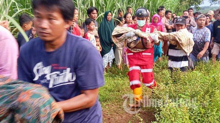 Tim SAR Gendong Mayat 2 Bocah Pemalang Tenggelam di Galian C, Mata Warga Sembab
