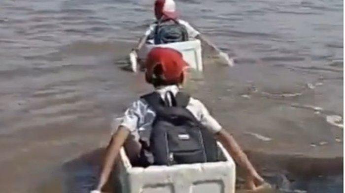 3 Bocah SD Menyeberangi Sungai Naik Kotak Gabus, Pemda: Itu Sudah Biasa