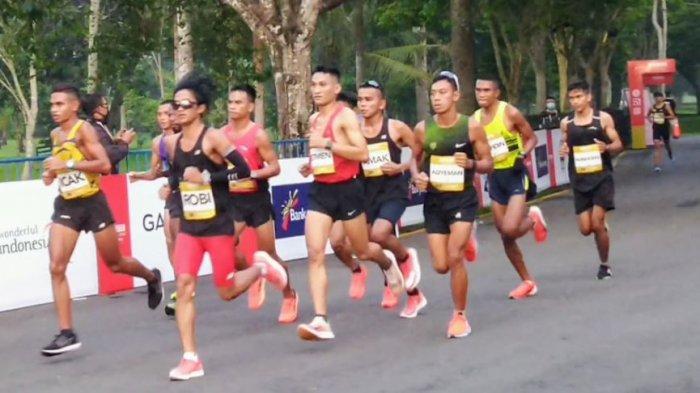 Para atlet berlomba lari pada ajang Borobudur Marathon 2020 kategori elite race, Minggu (15/11/2020) fi Taman Lumbini Borobudur Magelang.