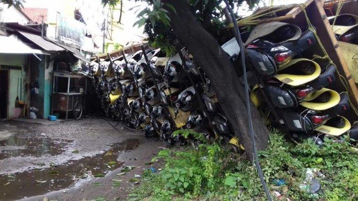 BREAKING NEWS, Truk Bermuatan Puluhan Sepeda Motor Terguling Menimpa Warung di Tambakaji