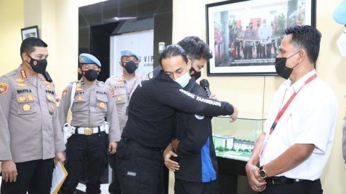 Ketika Fariz Mahasiswa Tak Balas Pelukan Maaf Brigadir NP Polisi yang Membantingnya Saat Demo