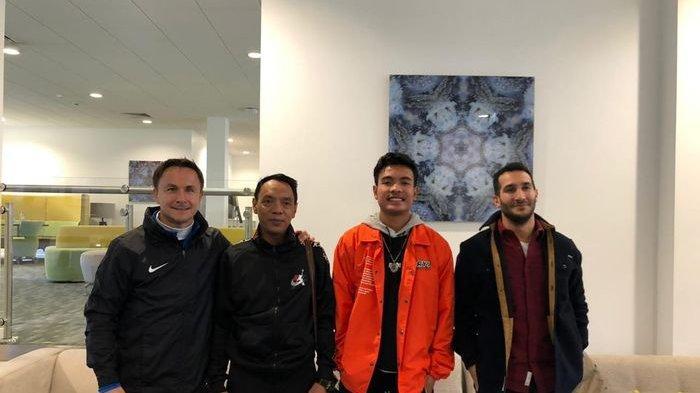 Direktur Teknik Garuda Select, Dennis Wise, bersama keluarga Brylian Aldama dan perwakilan agensi Forza Sports Group.