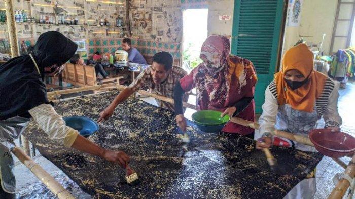 Gunakan Sabut dan Alang-alang, Para Penyandang Disabilitas di Pati Ciptakan Batik Ciprat