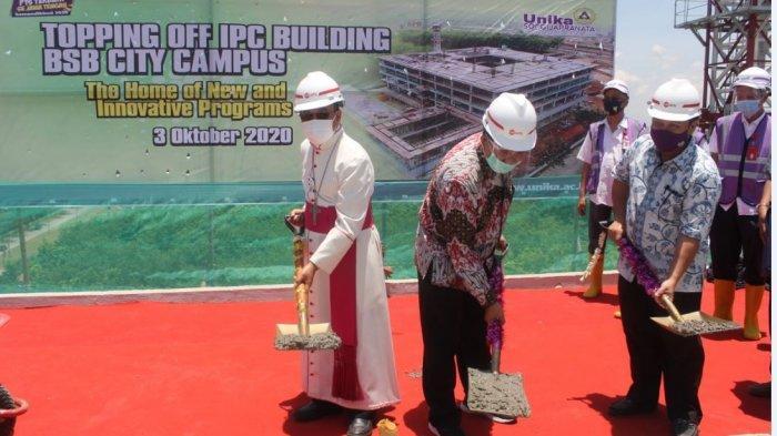 Unika Lakukan Topping Off Proyek Pembangunan Kampus di BSB