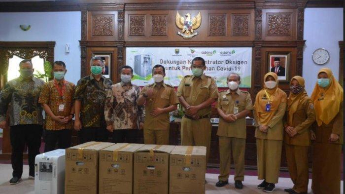 Direktur PT Bhimasena Power Indonesia mewakili Adaro, Djoko Budi Santoso, menyerahkan secara langsung bantuan konsentrator oksigen kepada Bupati Batang Wihaji, di Aula Kabupaten Batang, Senin (20/9/2021).