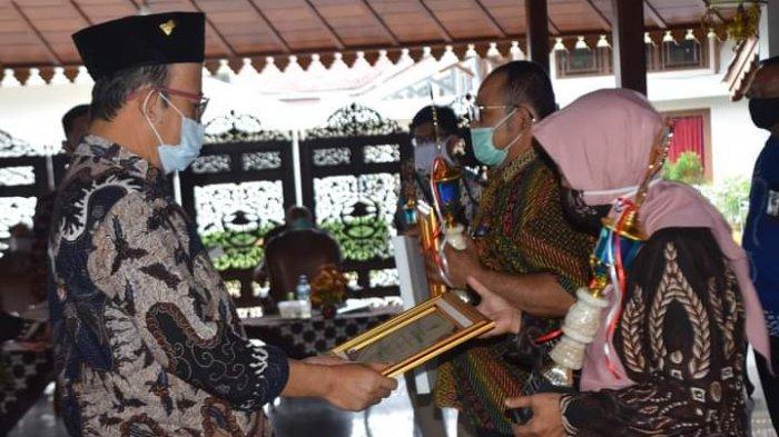 Bupati Achmad Husein Berikan Penghargaan Kepada Top 10 Inovasi Pelayanan Publik di Banyumas