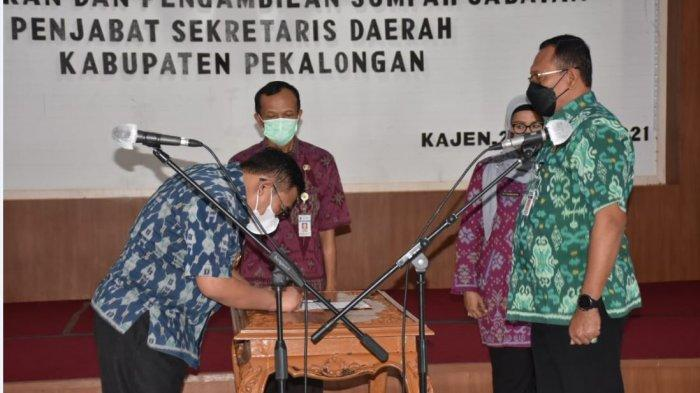 Bupati Pekalongan Asip Kholbihi (kiri) saat mengambil sumpah jabatan pejabat Sekretaris Daerah Kabupaten Pekalongan, di Aula lantai 1 Setda Kabupaten Pekalongan.