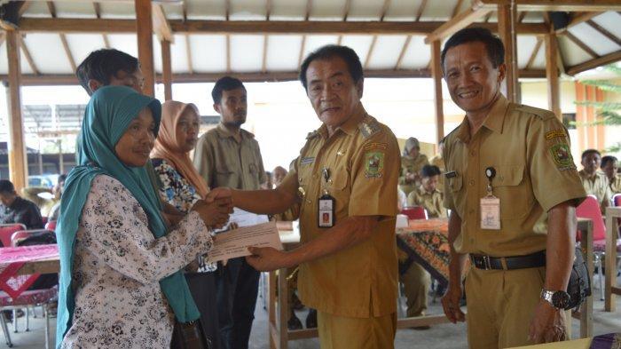 Bupati Banjarnegara Serahkan Bantuan Kepada Puluhan Korban Bencana Longsor