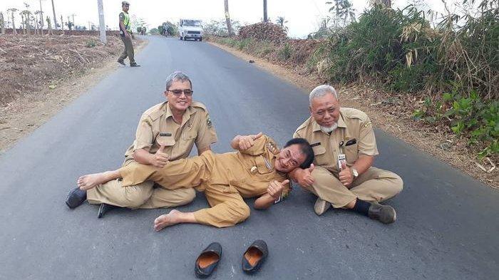 Gunakan Seragam PNS, Bupati Banjarnegara 'Klesotan' di Jalan Beraspal, Senyumnya Juga Lebar