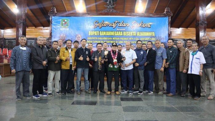 Bupati Banjarnegara Budhi Sarwono memegang piala penghargaan untuk Dawet Ayu dari API Award, Minggu (23/5/2021)