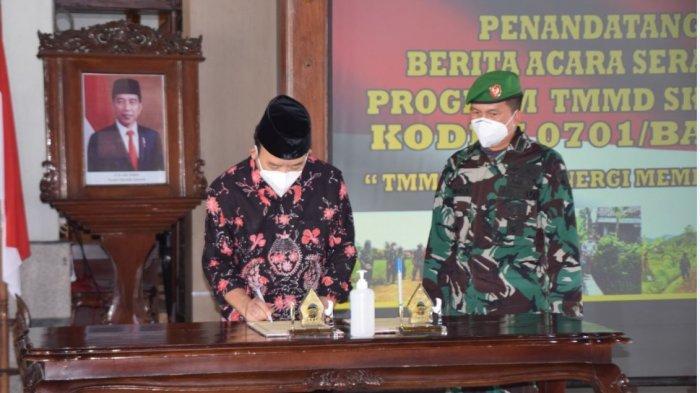 Bupati Banyumas Achmad Husein dan Dandim 0701 Banyumas, Letkol Inf Chandra, di Pendopo Si Panji Purwokerto, saat menandatangani berita acara pelaksanaan TMMD Sengkuyung Tahap I, pada Selasa (2/3/2021).