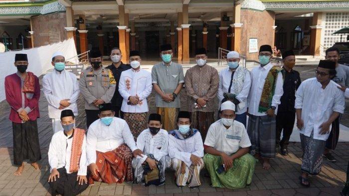 Bupati Batang Wihaji bersama Forkopimda dan takmir masjid berfoto usai melaksanakan salat ied di Masjid Agung Darul Muttaqin Batang,Kamis (13/5/2021).