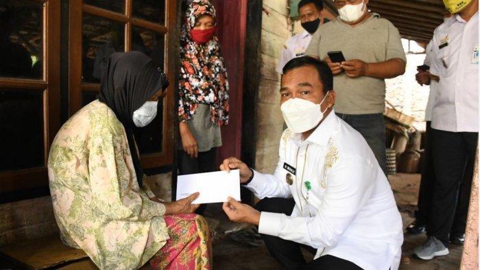 Bupati Batang Wihaji saat sambangi dan bantu janda kurang mampu di Desa Kutosari Kecamatan Gringsing, Rabu (30/6/2021).