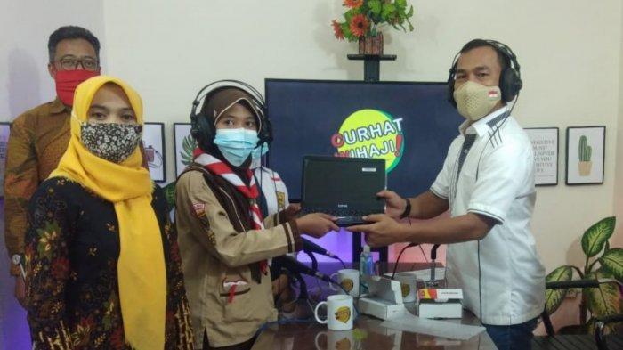 Senangnya Dua Siswa Tak Mampu Ini Dapat Hadiah Laptop dan Smartphone dari Bupati Wihaji