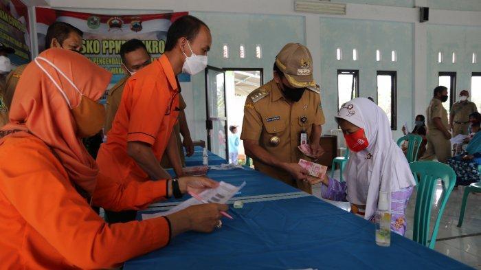 Bupati Banjarnegara Santai Kantor dan Rumah Dinas Digeledah KPK, Budhi Sarwono Bagi Bansos Warga