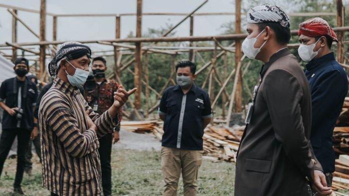 Bupati Kendal, Dico M Ganinduto (kanan) berdialog dengan Kades Gondang terkait pengembangan camping ground di lereng Gunung Ungaran, Selasa (28/9/2021).