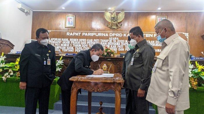 Bupati Pati Haryanto dan Ketua DPRD Tandatangani Persetujuan Bersama Dua Raperda