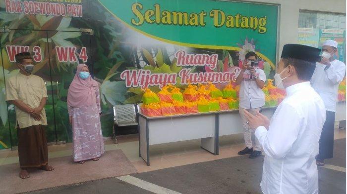 Bupati Haryanto Antarkan Lontong Opor Lebaran untuk Pasien Covid-19 di RSUD RAA Soewondo Pati