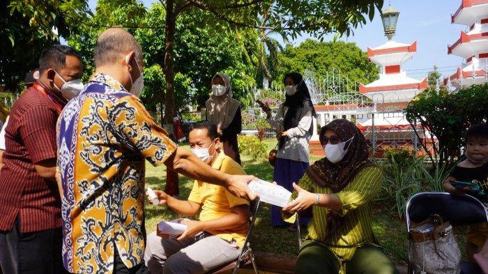 Sapa Warga Antre Vaksin di Halaman Setda Jepara, Bupati Dian Bagikan Masker dan Hand Sanitizer