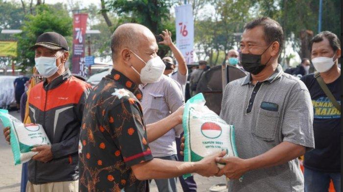 Bupati Jepara Dian Kristiandi Salurkan Bantuan 5 Ton Beras kepada Warga Karimunjawa