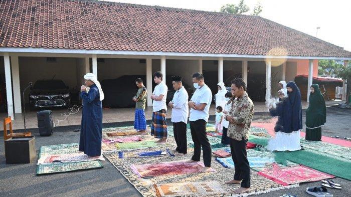 Pakai Jubah Biru, Bupati Kebumen Jadi Imam dan Khatib Salat Id di Rumah