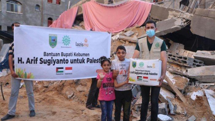 Bupati Kebumen Donasikan Gaji Rp 100 Juta Buat Muslim Palestina, Spanduknya Terbentang