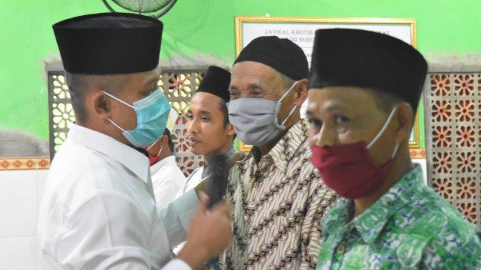 Bupati Kebumen Bagi-bagi Uang kepada Jamaah Sholat Tarawih