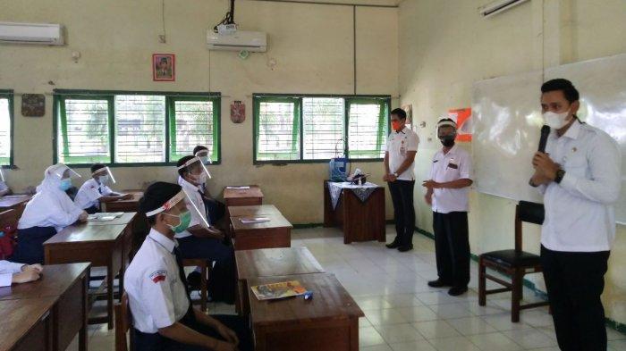 Bupati Kendal Dico M Ganinduto memberikan arahan kepada siswa SMPN 1 Weleri saat mengikuti simulasi pembelajaran di sekolah, Rabu (31/3/2021).