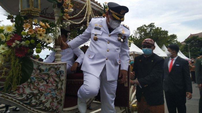 Bupati Kendal Dico M Ganinduto bersama Wakil Bupati Windu Suko Basuki turun dari delman menuju Pendopo Tumenggung Bahurekso Komplek Kantor Setda Kendal, Jumat (26/2/2021).