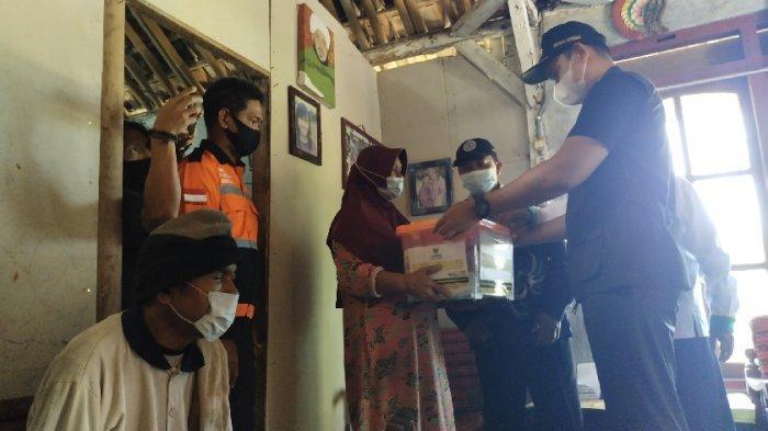 Bupati Dico Jenguk Keluarga Ibu Sri Warga Boja Kendal yang Istikomah Rawat Anak dan Suami Stroke
