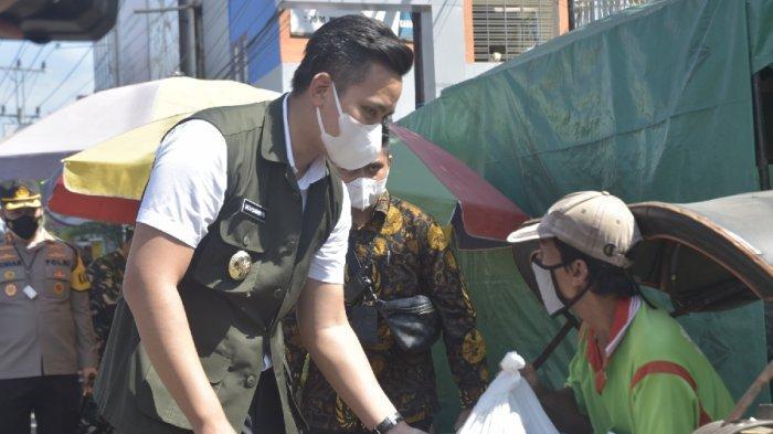 Bupati Dico dan Forkompinda Kendal Bagi Bantuan bagi Pedagang-Tukang Becak Terdampak PPKM