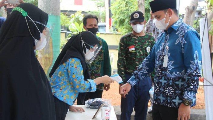 Bupati Dico Tinjau Posko Sekolah Sehat di SMPN 1 Kendal, Disambut Siswa Dicek Suhu Tubuhnya