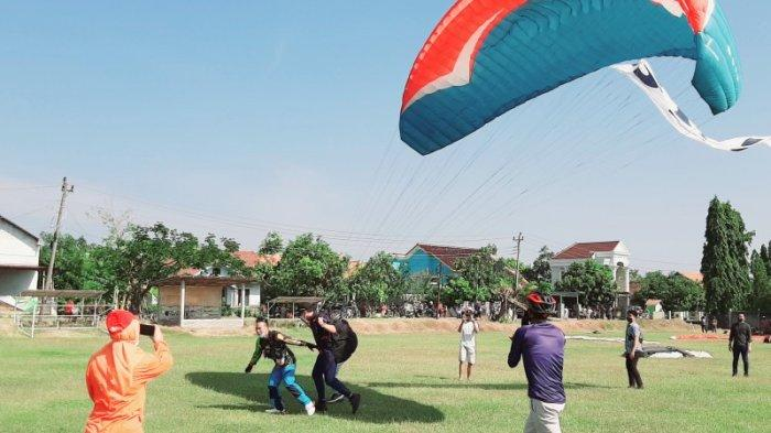 Bupati Kendal Dico Ganinduto Hadiri Latihan Dasar Paralayang di Gubugsari Pegandon
