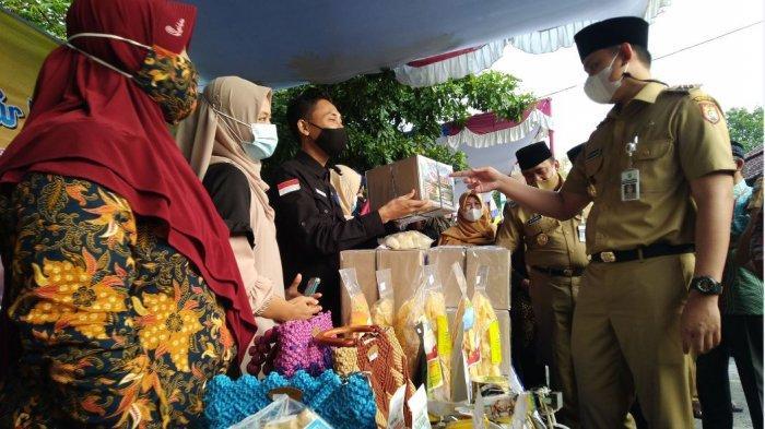 Bupati Kendal Dico M Ganinduto meninjau bazar UMKM dan sembako murah di Masjid An Nur Dusun Kersan Desa Tegorejo Kecamatan Pegandon, Senin (19/4/2021).