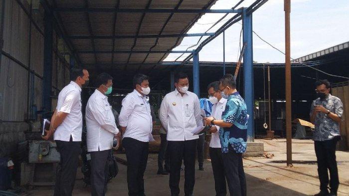 Bupati Kendal Dico M Ganinduto (kiri) mendampingi Deputi Bidang Perencanaan Penanaman Modal pada Kementerian Investasi, Nurul Ichwan (kanan) meninjau pabrik pengolahan kayu di Kaliwungu, Rabu (22/9/2021).