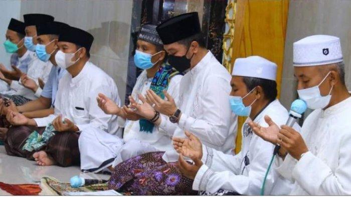 Bupati Kudus HM Hartopo tarawih diMasjid Roudlotul Jannah Desa Lau Kec. Dawe pada Rabu, (28/4/2021) malam.
