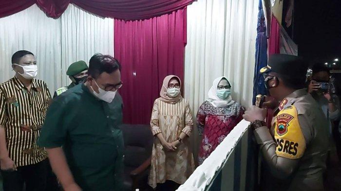 Bupati Pekalongan Asip Kholbihi saat mengunjungi pos pam di Wiradesa.