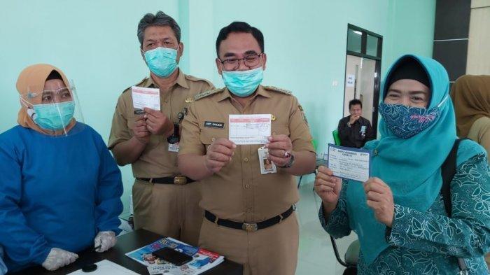Bupati Pekalongan Asip Kholbihi (tengah) memperlihatkan sertifikat sebagai tanda bahwa dirinya sudah di vaksin.