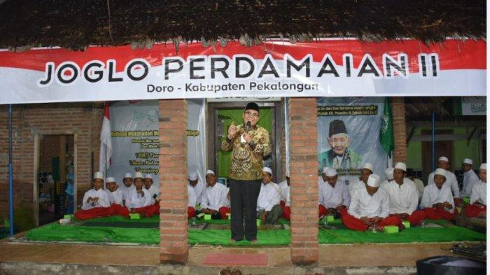 Caption  Bupati Pekalongan Asip Kholbihi saat menghadiri Semaan Al Qur'an dan doa Bersama dalam rangka Haul Almaghfurlah KH Moeslim Rifai Imampuro (Mbah Liem) ke-9 di Pondok Pesantren Al Muttaqien Pancasila Sakti, Kecamatan Doro, Kabupaten Pekalongan, Jawa Tengah pada Kamis (19/3/2021) malam.