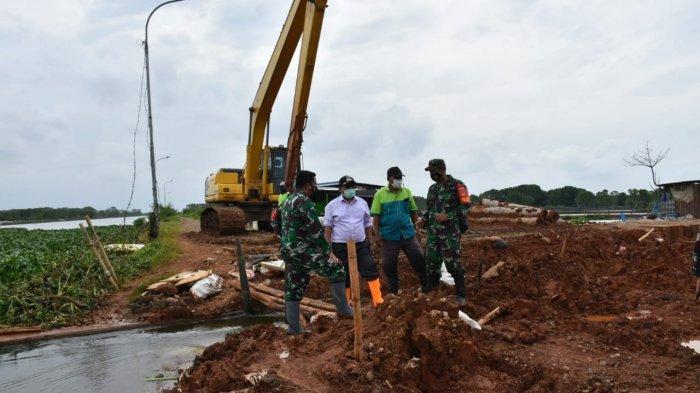 Atasi Banjir Di Wonokerto Pekalongan, Tanggul Sungai Mrican Dijebol
