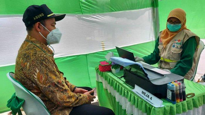 Sosialisasikan Gerakan Vaksinasi Bupati Pemalang Jalani Vaksinasi di Pasar Petarukan