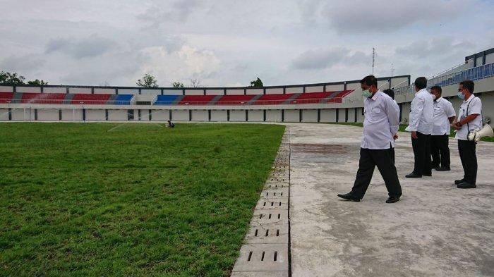 Bupati Pemalang Junaedi, saat meninjau pembangunan Stadion Mochtar Pemalang, Rabu (10/2/2021).