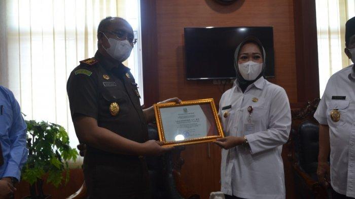 Bupati Tiwi Beri Penghargaan Apresiasi Atas Kinerja Kejaksaan Negeri Purbalingga
