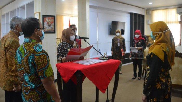 Bupati Purbalingga, Dyah Hayuning Pratiwi melantik Sri Wahyuni sebagai direktur Perusahaan Umum Daerah (Perumda) Pusat Pengolahan Hasil Pertanian Utama (Puspahastama) Purbalingga untuk masa jabatan 2021 - 2026, Kamis (8/4/2021) di Ruang Kerja Bupati.
