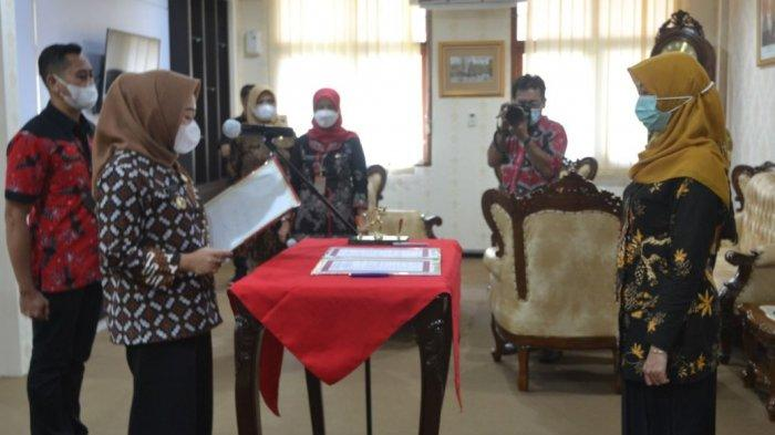 Bupati Tiwi Lantik Sri Wahyuni untuk Pimpin Perumda Puspahastama