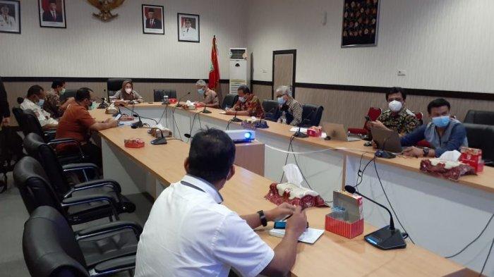 Bupati Purbalingga, Dyah Hayuning Pratiwi saat memimpin Rapat Percepatan Pengoperasian Bandara JB Soedirman, di ruang rapat Bupati pada Jumat (5/2/2021).