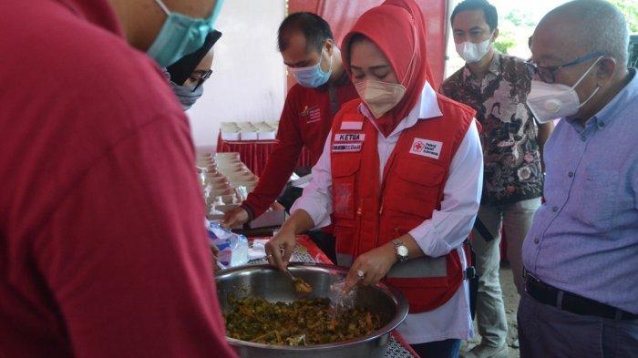 Bupati Purbalingga Tiwi Kunjungi Dapur Umum di Bojongsari, Bantu Warga Isoman di 3 Kecamatan
