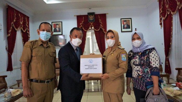 Bupati Tiwi Terima Bantuan Covid dari Perusahaan Mainan Asal Korea